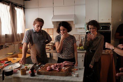 Gonzalo de Castro y Nuria González cocinando en una escena de 'Matar al padre'