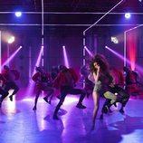 """Eleni Foureira baila con los concursantes de 'Fama a bailar' en su actuación de """"Fuego"""""""