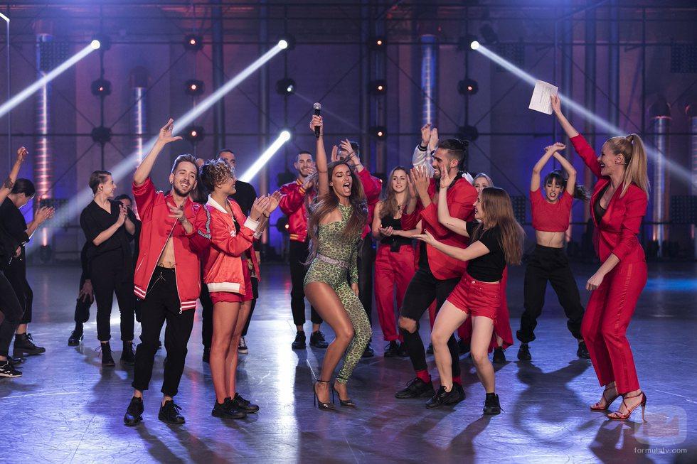 Eleni Foureira rodeada de los concursantes de 'Fama a bailar' en mitad del plató