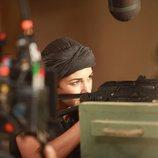 Paula Echevarría apunta con un arma durante el rodaje de 'Los nuestros 2'