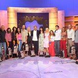 Paco Lobatón con los concursantes de la segunda edición de 'Supervivientes: Expedición Robinson'