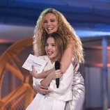 Paula Vázquez abraza a Wondy, ganadora de 'Fama a bailar'