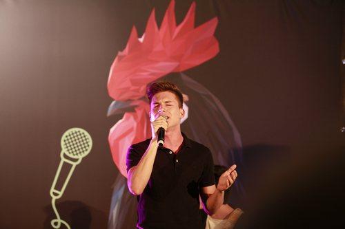 Raoul Vázquez cantando en la presentación del Carrefest Music Talent 2018