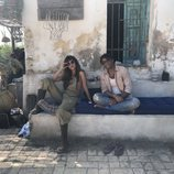 Irene Arcos y Paco Manzanedo en el rodaje de la serie 'El embarcadero'