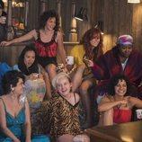 Protagonistas de 'GLOW' en una escena de la segunda temporada