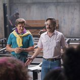 """""""Bash"""" Howard y Sam Sylvia en una escena de la segunda temporada de 'Glow'"""