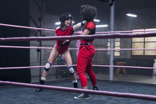 Ruth Wilder luchando en 'GLOW'