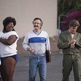 """Tamme Dawson, """"Bash"""" Howard y Sam Sylvia en una escena de 'GLOW'"""