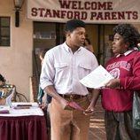Tamme Dowson habla con un joven en la segunda temporada de 'GLOW'