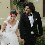 Fatmagül y Kerim saliendo de la iglesia en la segunda temporada de 'Fatmagül'