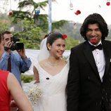 Fatmagül y Kerim saliendo felices de la ceremonia en la segunda temporada de 'Fatmagül'