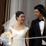 Fatmagül y Kerim saludando a su familia después de casarse en la segunda temporada de 'Fatmagül'