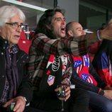 Mario Vaquerizo con su padre en 'Alaska y Mario', en un partido del Atleti
