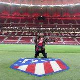 Mario Vaquerizo de rodillas en el partido del Atleti en su programa 'Alaska y Mario'