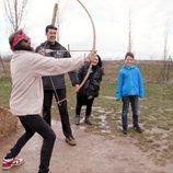 Mario Vaquerizo está disparando con un arco en 'Alaska y Mario'