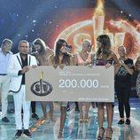 Sofía y Lara Álvarez posan con el cheque del premio en la gala final de 'Supervivientes 2018'
