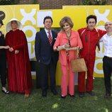 José Antonio Antón y Vane Villar posan junto a los actores de 'Homo Zapping' en la rueda de prensa