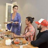 Elena Tablada sirve el postre a los comensales en 'Ven a cenar conmigo Gourmet Edition 3'