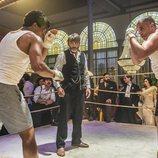 Fernando Tejero como Ramiro arbitrando un combate de boxeo en 'El Continental'