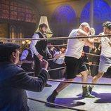Combate de boxeo arbitrado por Fernando Tejero en la serie 'El Continental'