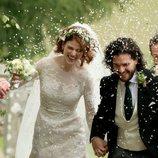 Kit Harington y Rose Leslie, actores de 'Juego de Tronos', sonrientes el día de su boda