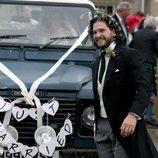 Kit Harington delante del coche nupcial el día de su boda con Rose Leslie