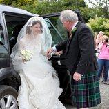 Rose Leslie bajando del coche nupcial el día de su boda con Kit Harington