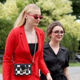 Maisie Williams y Sophie Turner, actrices de 'Juego de Tronos', en la boda de Rose Leslie y Kit Harington
