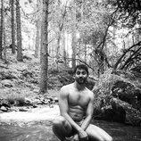 Paco León se desnuda en un río para celebrar la llegada del verano