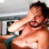 Paco León posa en calzoncillos en su cama