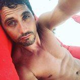 Paco León, adicto a los selfies, posa desnudo estirado