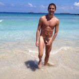 Paco León posa completamente desnudo en la playa