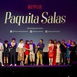 Equipo completo de 'Paquita Salas' sobre el escenario de la premiere de la segunda temporada