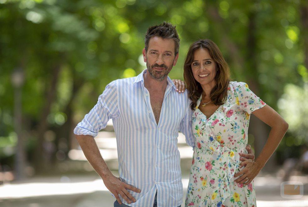 Carmen Alcayde y David Valldeperas presentadores de 'Aquí hay madroño' en Telemadrid