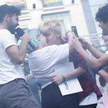 Marina y Bast besándose en el pregón del Orgullo LGBT de Madrid 2018