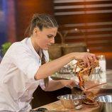 Marta cocinando concentrada en la final de 'MasterChef 6'