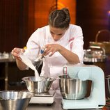 Marta mezclando ingredientes en la final de 'MasterChef 6'