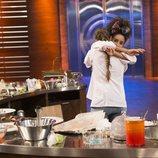 Marta y Ketty se abrazan en la final de 'MasterChef 6'