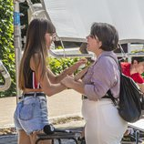 Aitana entrega una pegatina a una de las seleccionadas en el casting de 'OT 2018' de Madrid