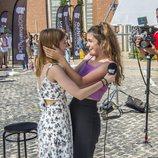 Amaia abraza a una de las seleccionadas en el casting de 'OT 2018' en Madrid