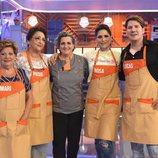 Los cantantes Rosa y Lucas, sus madres y Pepa Muñoz en 'Mi madre cocina mejor que la tuya'