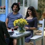 Kerim y Fatmagül hablando con una mujer en una terraza en uno de los últimos episodios de 'Fatmagül'