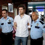 Selim, acompañado por dos policías en comisaría, en 'Fatmagül'