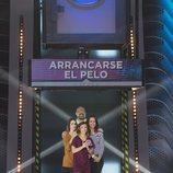 Goyo Jiménez, junto a su equipo, bajo una de las respuestas del primer programa de 'Crush'