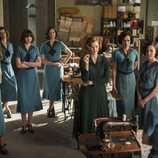 Ana Polvorosa junto a un grupo de mujeres en la tercera temporada de 'Las chicas del cable'