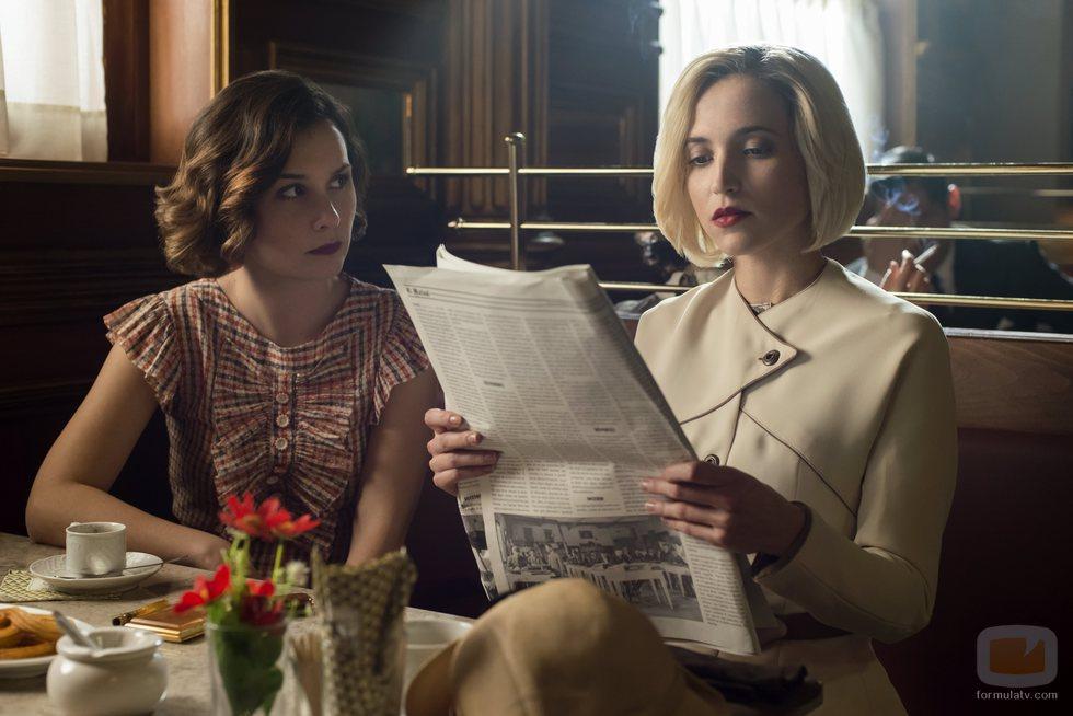 Nadia de Santiago y Ana Fernández, sentadas en una cafetería en la tercera temporada de 'Las chicas del cable'