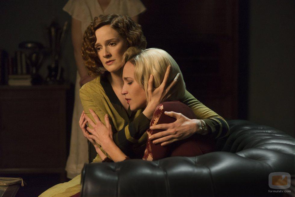 Ana Polvorosa consolando a Ana Fernández, en la tercera temporada de 'Las chicas del cable'