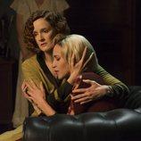 Ana Polvorosa consolando a Ana Fernández, en la tercera termporada de 'Las chicas del cable'