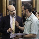 El director David Serrano da indicaciones a Javier Cámara en 'Vota Juan'