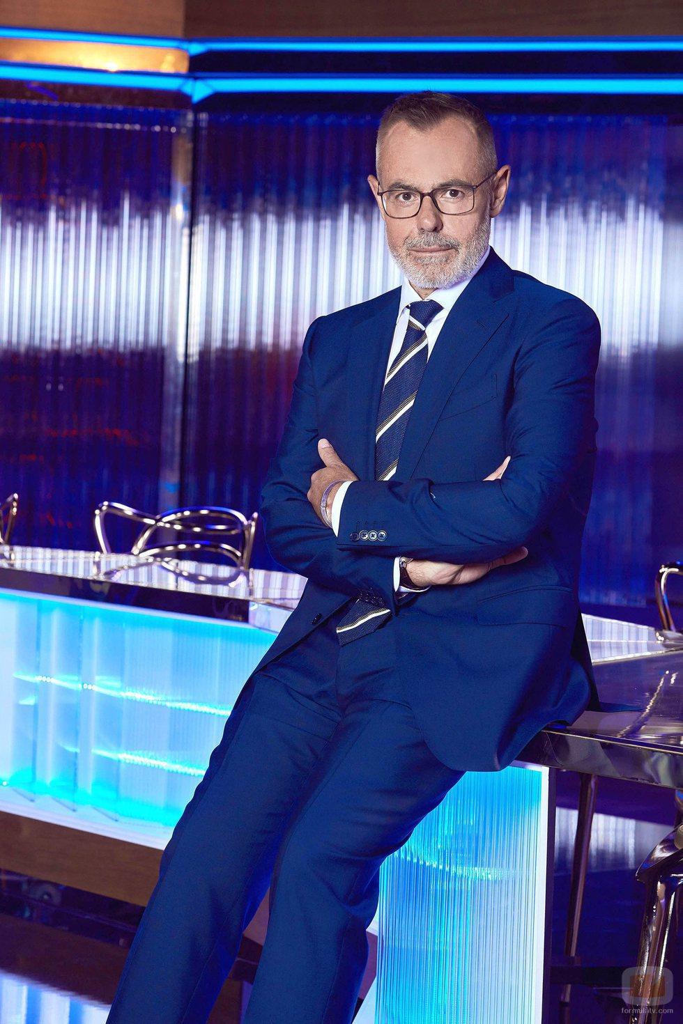 Jordi González posa sentado en el plató de 'Hechos reales'